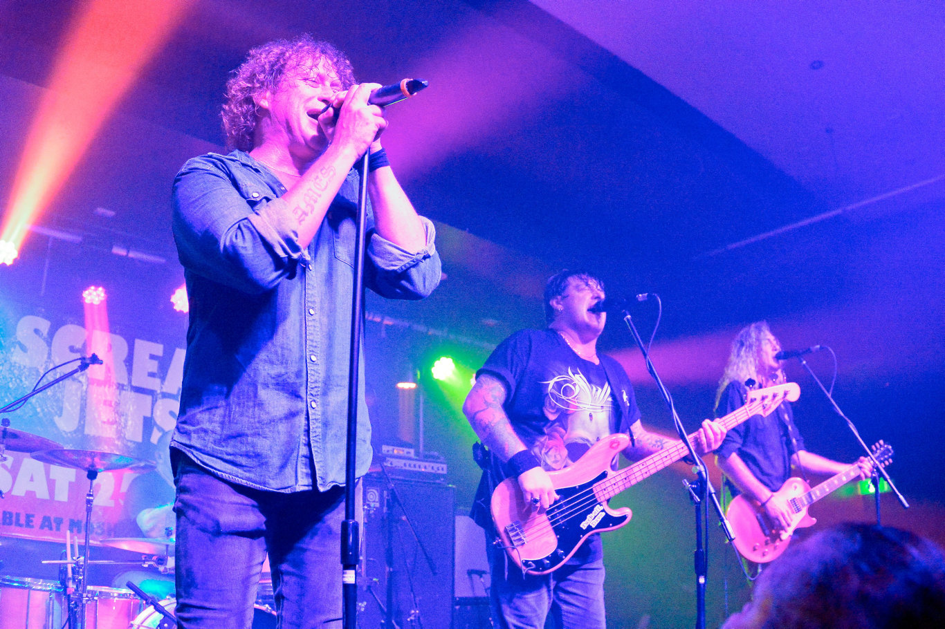 Dave Gleeson on vocals - The Screaming Jets live at Harvey Road Tavern.