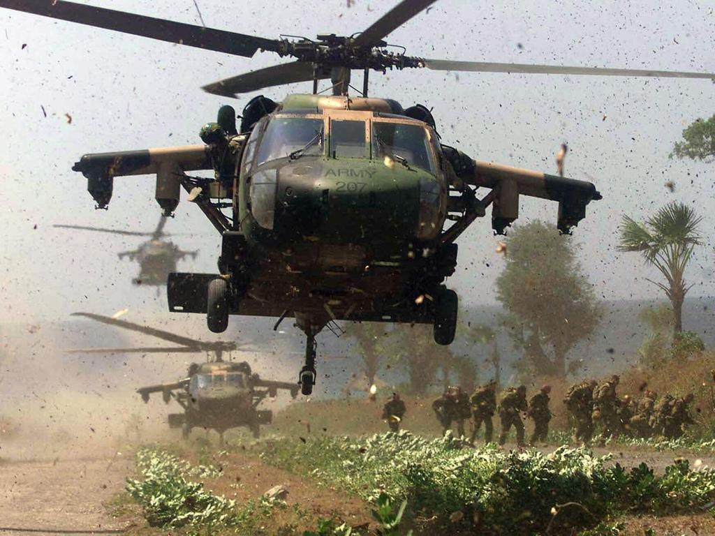SEPTEMBER 27, 1999 : Australian Blackhawk (Black Hawk) helicopters deploy troops outside East Timorese town of Liquica 27/09/99 as UN (INTERFET) peacekeeping force seeks to secure countryside from militas. Australia / Armed Forces / Army / Soldier / Helicopter Indonesia / Timor