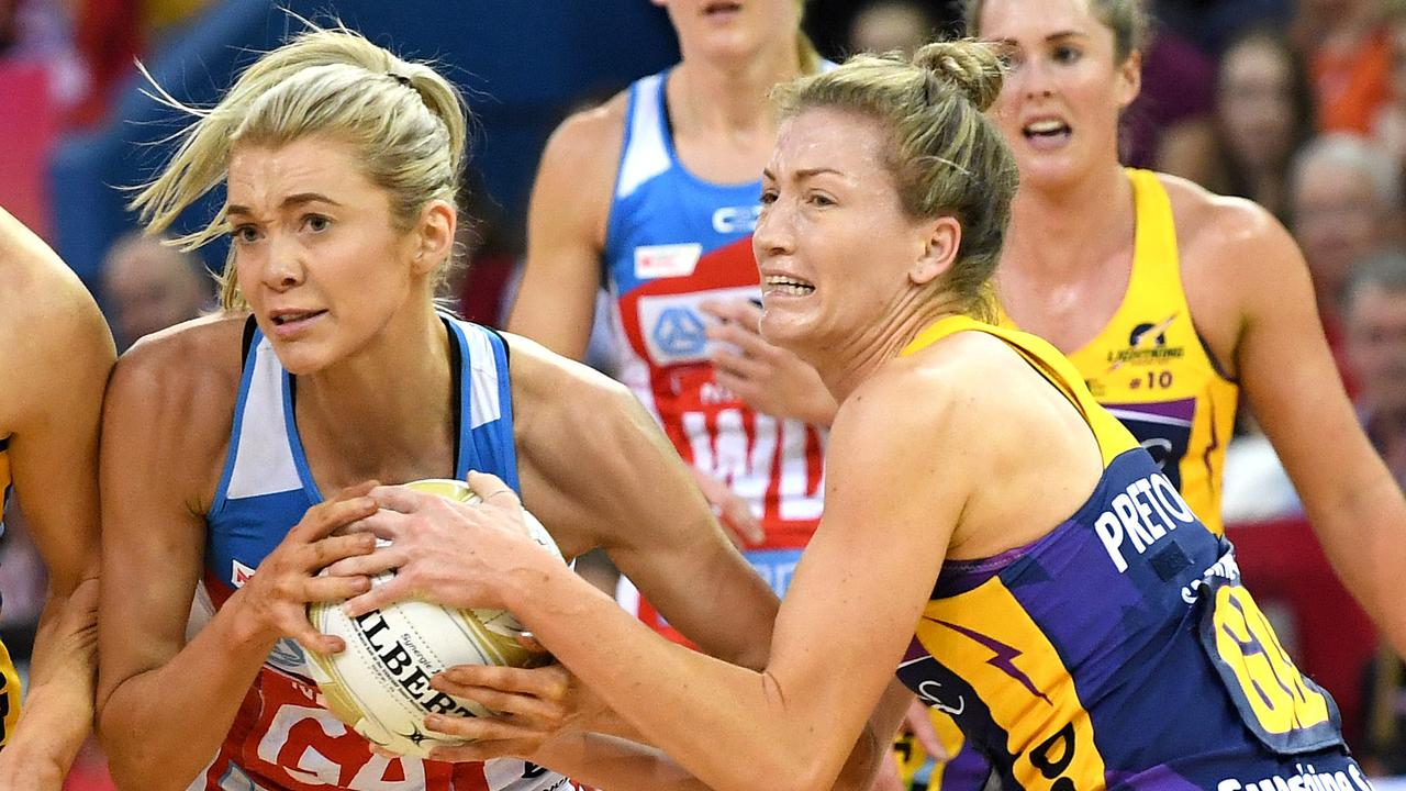 Karla Pretorius of the Lightning and Helen Housby of the Swifts challenge for the ball. Picture: Bradley Kanaris/Getty Images