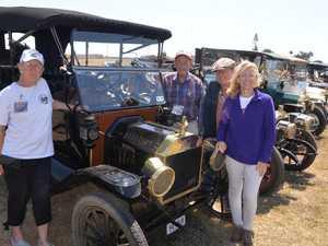 Vintage American motorists enjoy Bundy roads