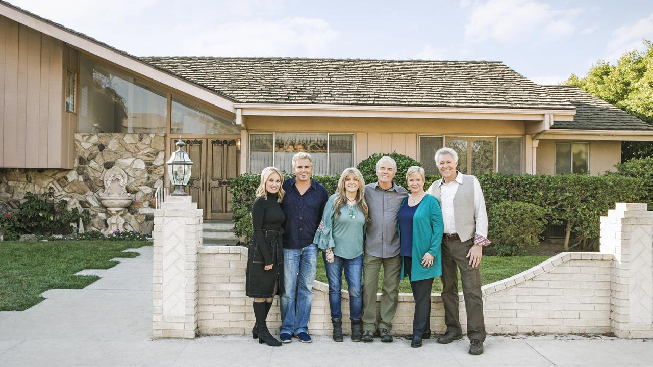 Maureen McCormick, Christopher Knight, Susan Olsen, Mike Lookinland, Eve Plumb and Barry Williams outside the home.