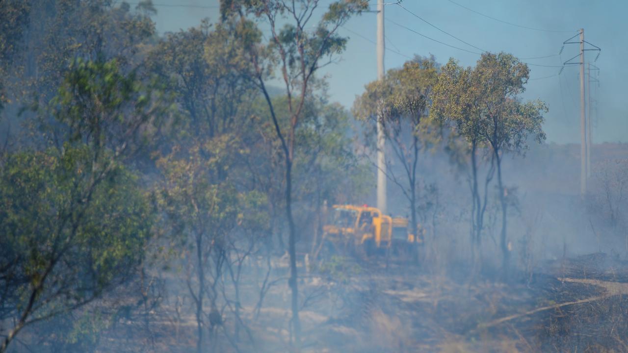 Urban and rural fire crews battle a grass fire beside the Bruce Highway. Photo Allan Reinikka / The Morning Bulletin