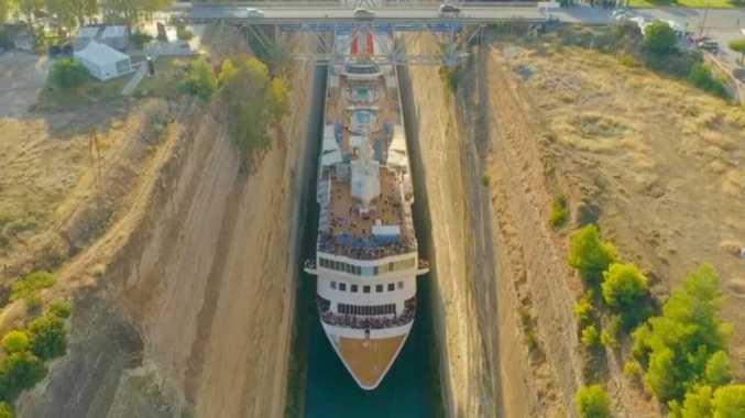 Cruise ship's close call through canal