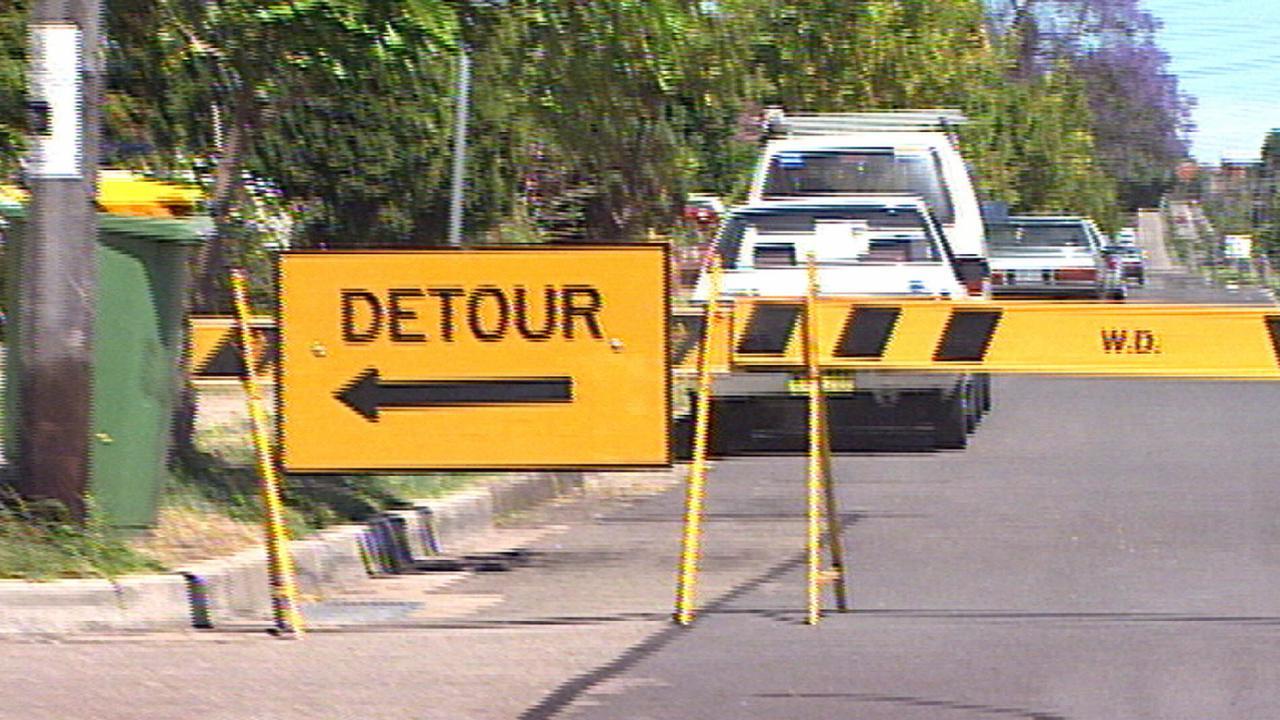 Detour traffic sign.