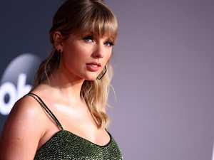 Swift's 'ultimate shade' on stage at AMAs
