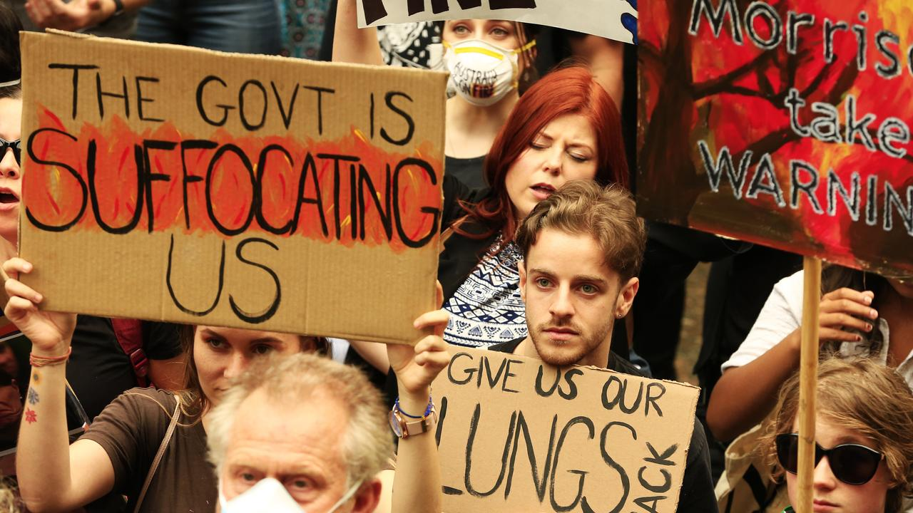 Thousands of people rallied in Sydney's CBD last night, slamming the NSW and federal governments for their response to the bushfires and smoke.
