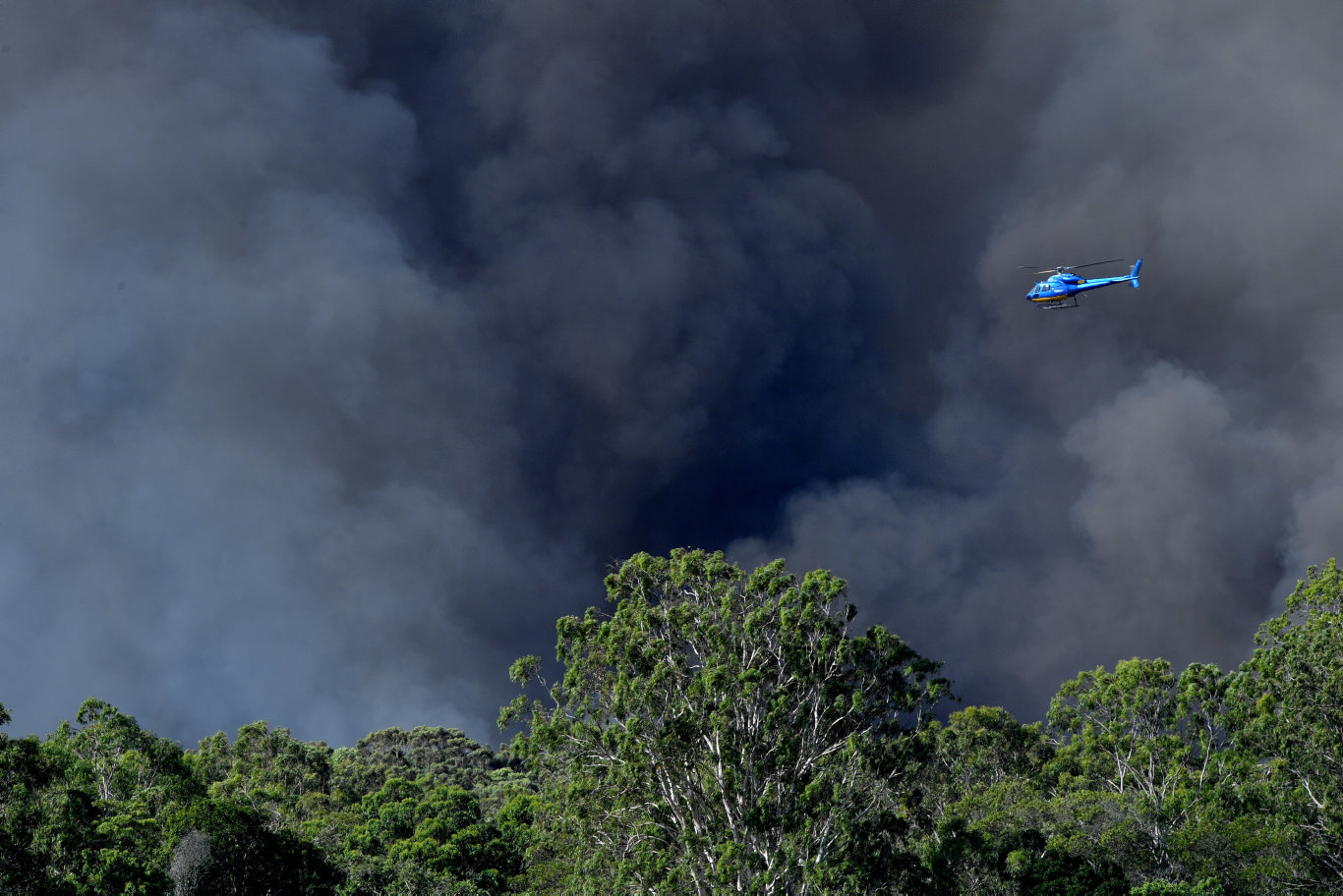 Peregian Springs and Lake Weyba fires. Water bombing. Photo: John McCutcheon / Sunshine Coast Daily