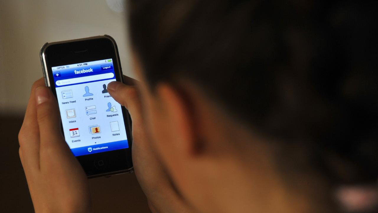 21/04/2010 NEWS: Generic Cyber safety photos. Facebook on the iPhone.