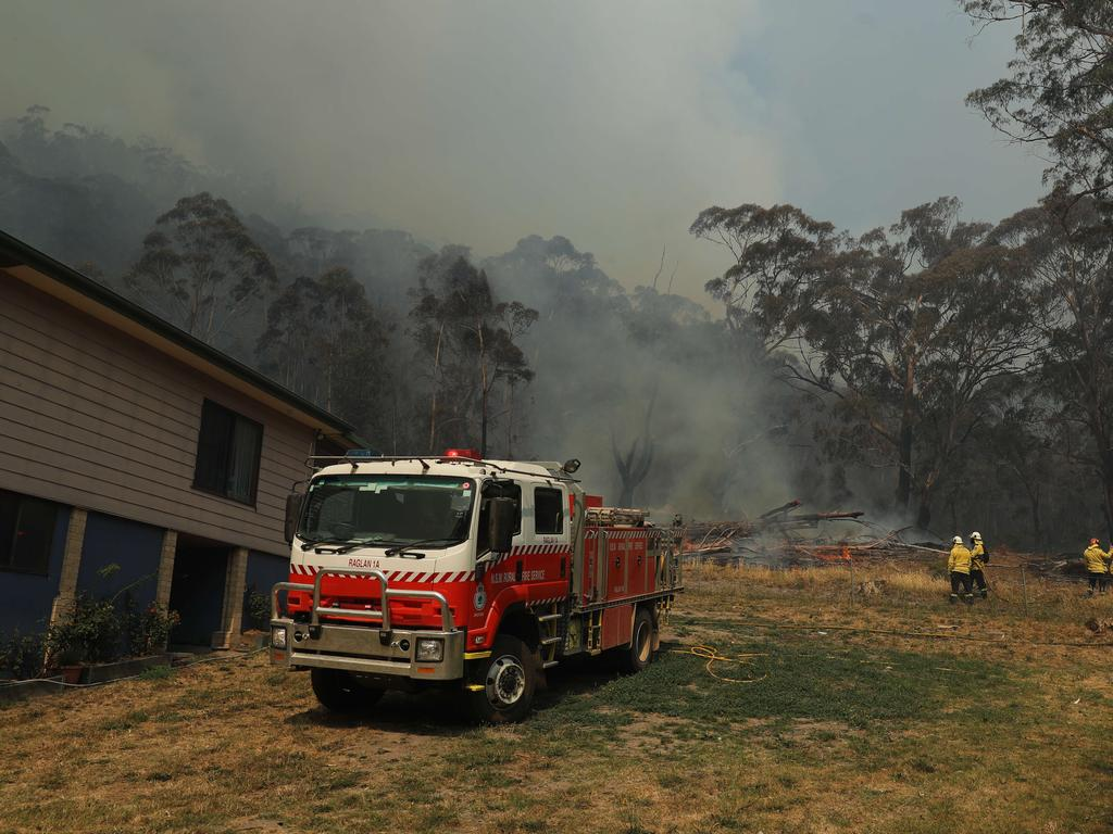 RFS fire crews working to save properties on Ivatt St in Cobar Park near Lithgow today as the bushfires continue to burn. Picture: Tim Hunter.