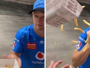 Salty cricket veteran destroys fan's hot chips