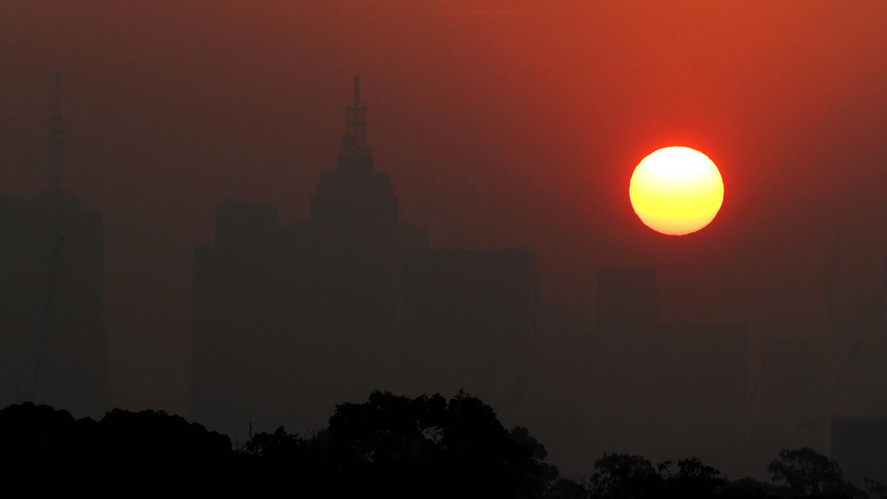 03/01/20 Sunset over Melbourne through a thick smoke haze from bushfires burning in East Gippsland. Aaron Francis/The Australian