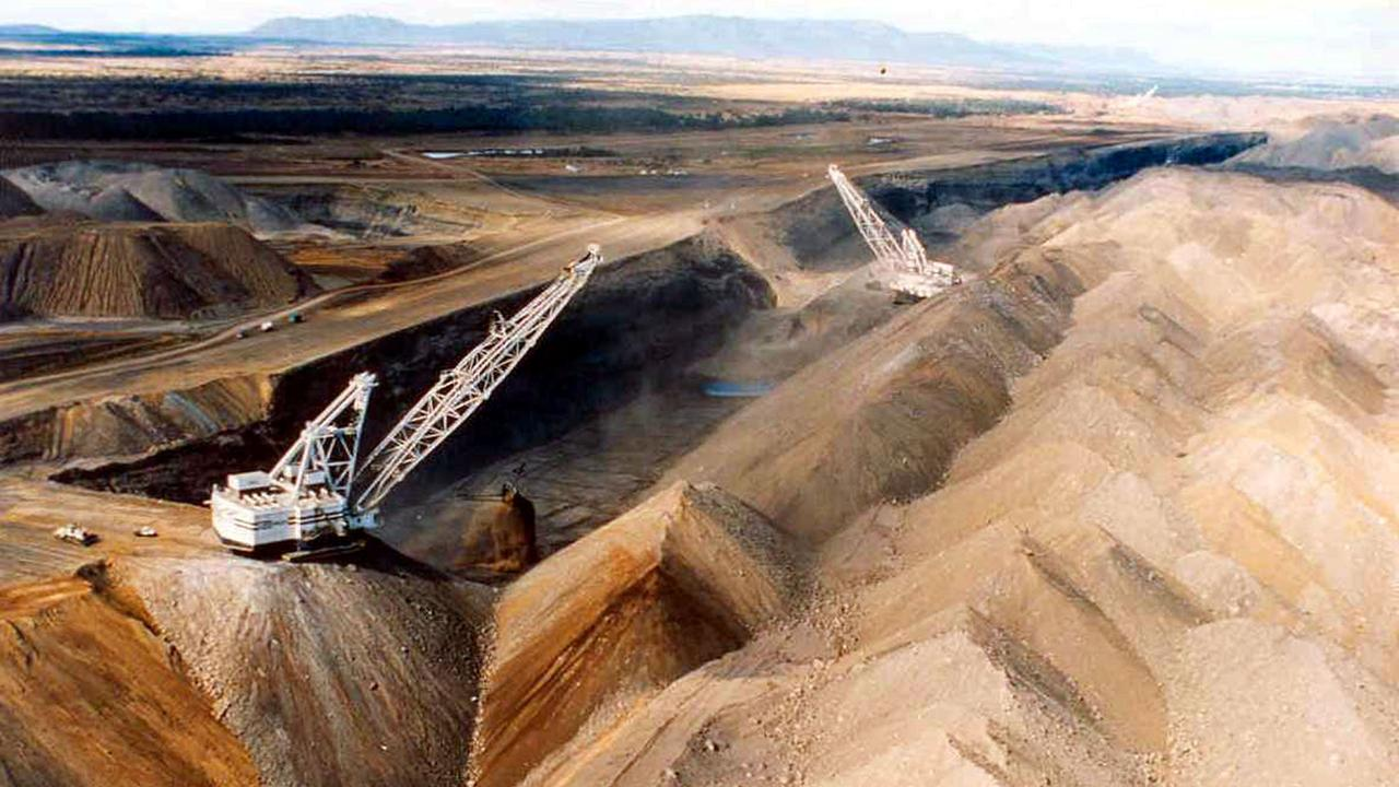 Draglines at the Curragh coal mine in Queensland's Bowen Basin, 08/2003.