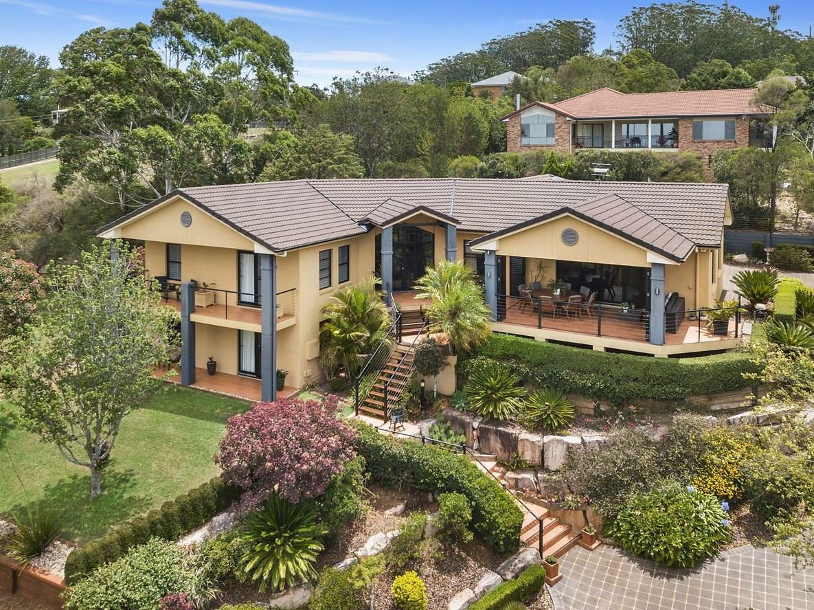 5 Chatswood Cl, Mount Lofty, is for sale via auction.