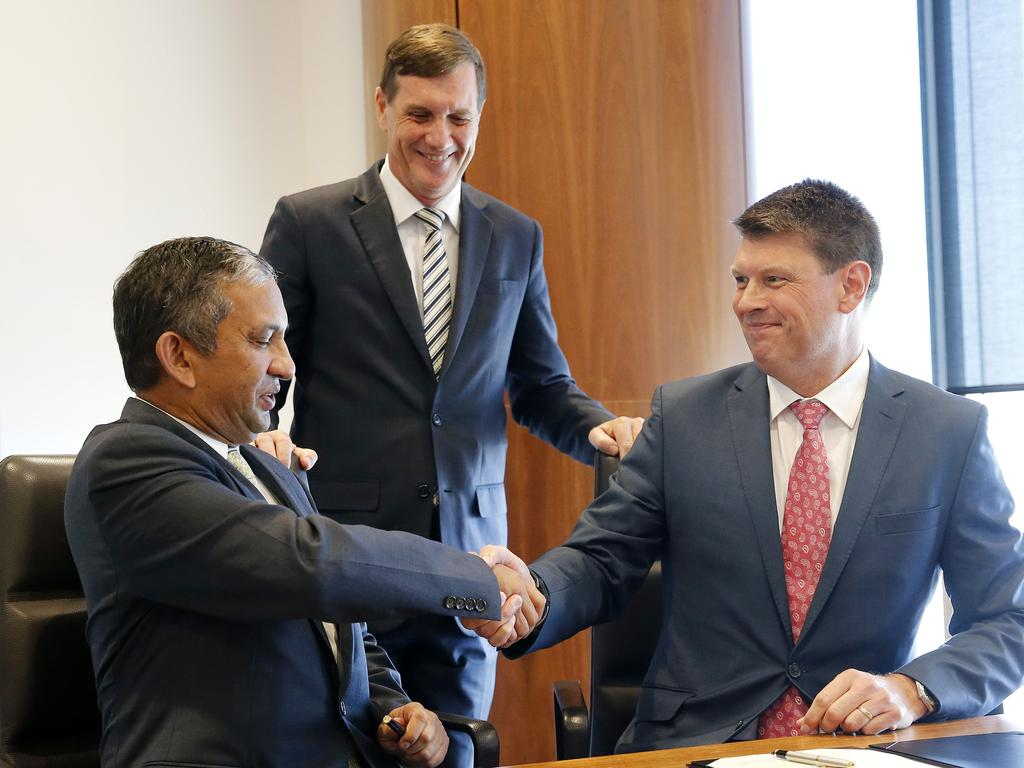 Natural Resources Minister Anthony Lynham (centre) pictured with Vena Energy CEO Nitin Apte (left) and AGL Energy CEO Brett Redman (right) signing the solar battery agreement. (AAP Image/Josh Woning)