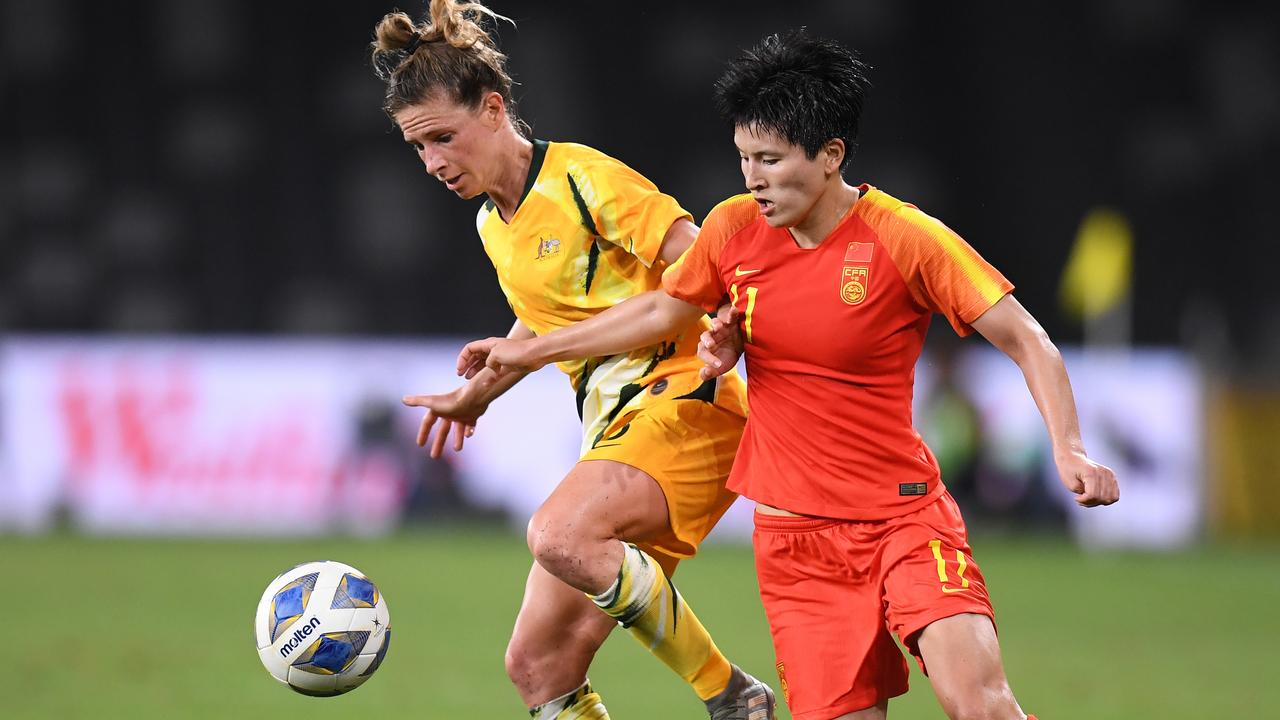 Australia's Elise Kellond-Knight (left) China's Wang Shanshan compete for the ball on Thursday night. Picture: AAP