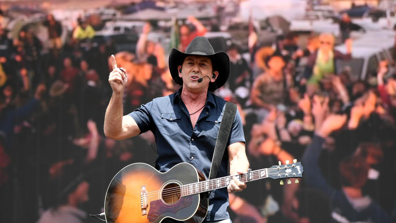 Lee Kernaghan is heading to Roma for Easter in the Country. (AAP Image/Joel Carrett)