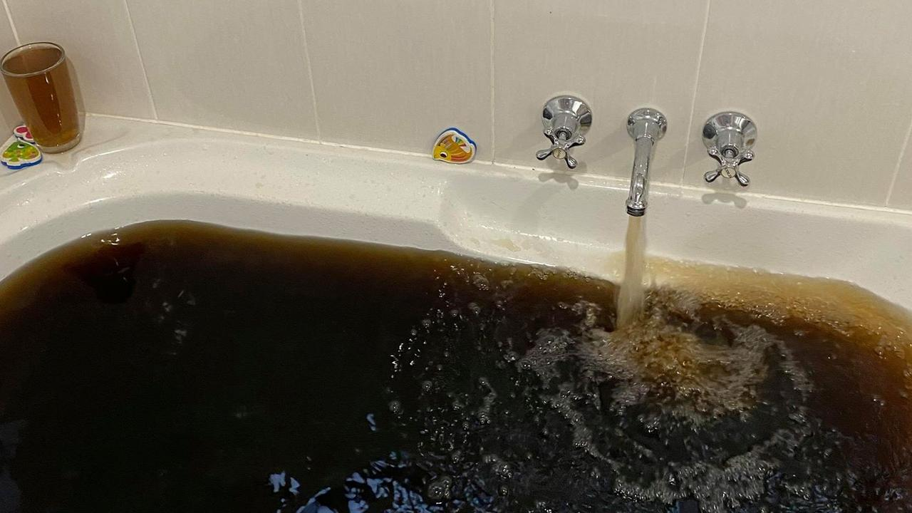Clermont residents continue to experience discoloured water as a result of elevated levels of manganese and iron in Theresa Creek Dam. The orange-brown water has stained clothes and sinks.