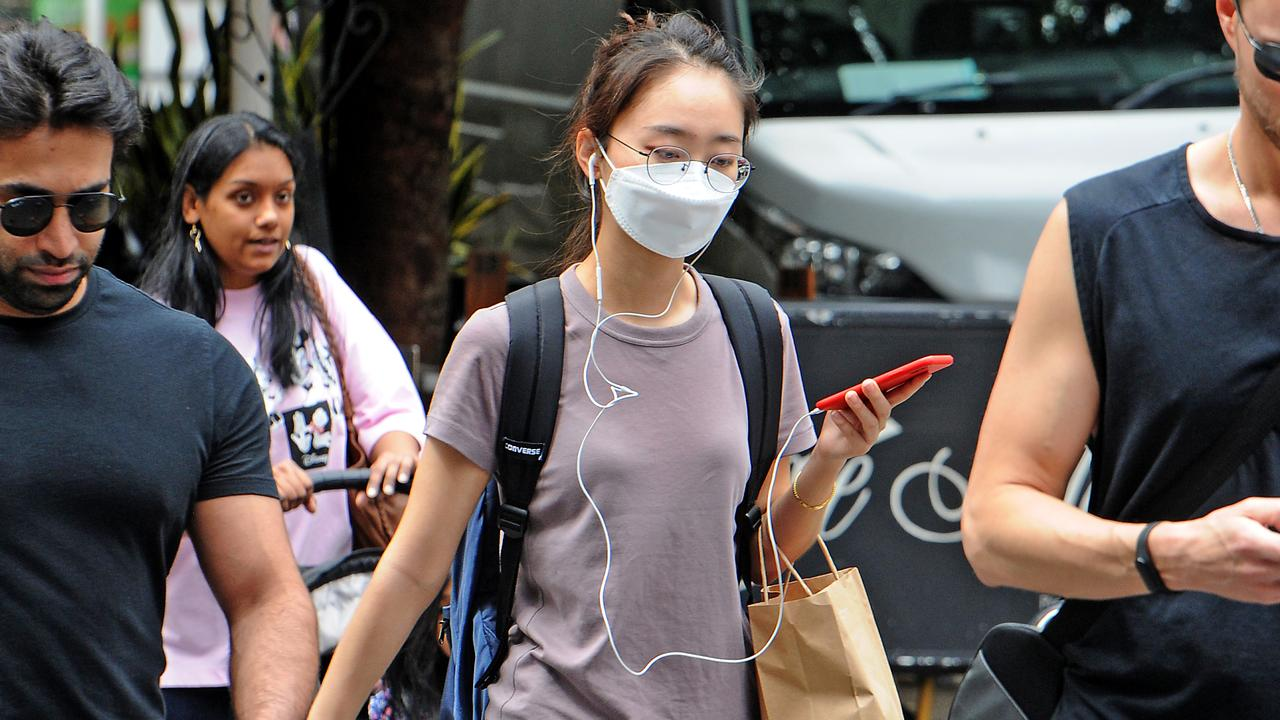 People are wearing masks in Brisbane CBD. (AAP image, John Gass)