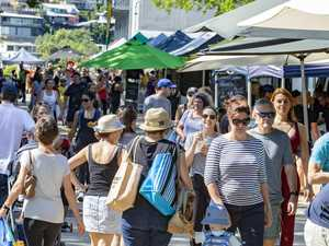 Crowd packs into Qld market, ignoring social distance rules