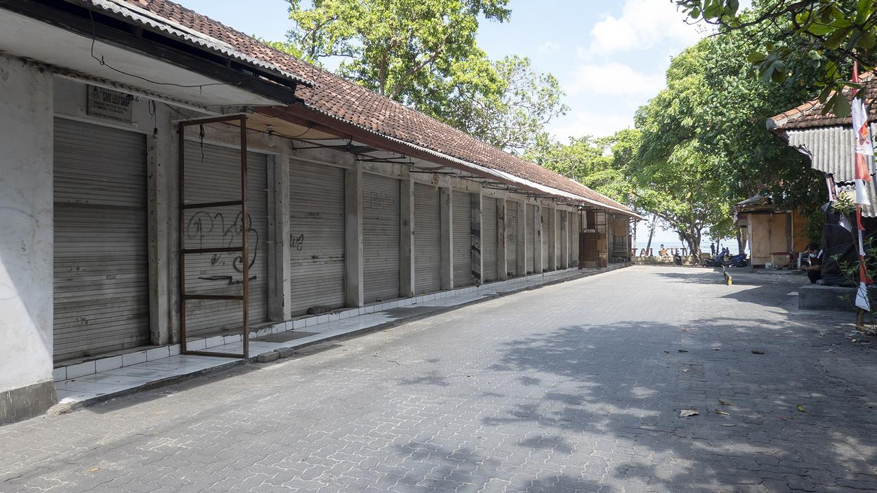 Closed souvenir shops in Kuta, Bali, as tourists leave in droves. Picture: EPA/Made Nagi