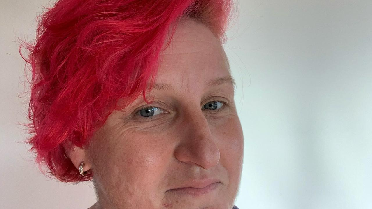 Breast cancer survivor Rebecca Woods has died her hair pink and set up a fundraising page to help others.