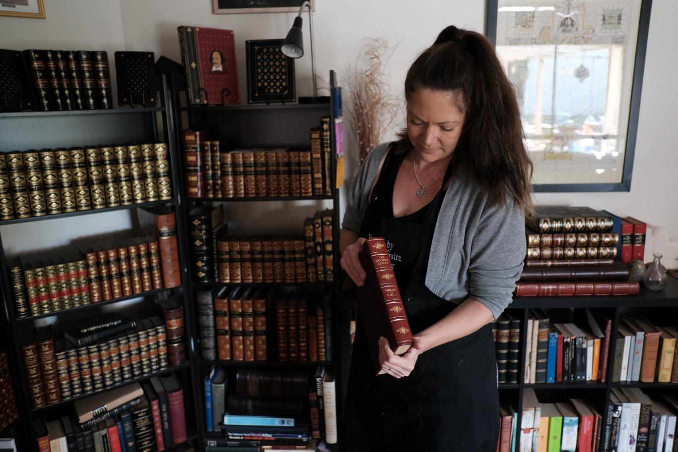 Karen McGuire, bookbinder. Highfields. 290520.