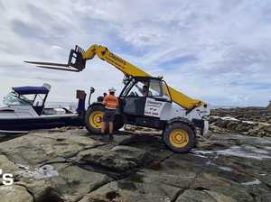 Off the rocks: Boat runs aground at popular beach