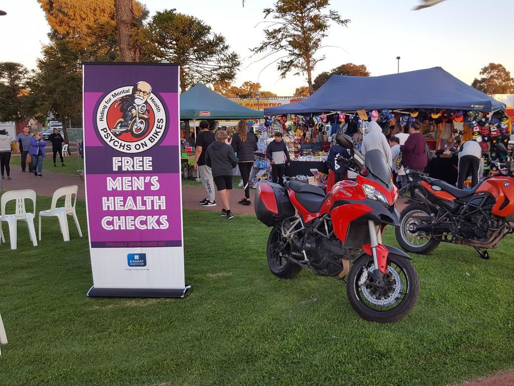 Tony Connell et ses collègues ont mis en place un men's health check site dans le cadre de leurs Psys sur les Vélos de la tournée.