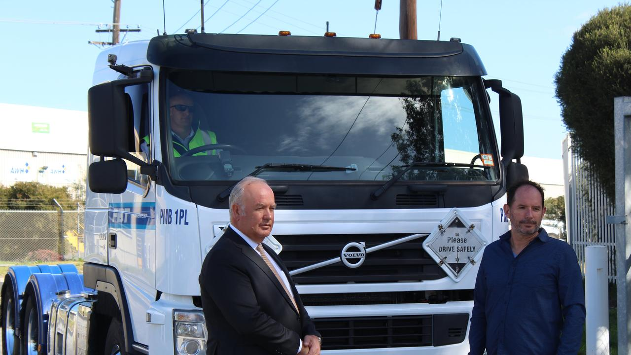 VTA CEO Peter Anderson with MTAG secretary Martin Wurt in front of a Euro 5 prime mover.