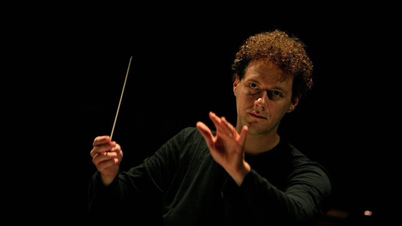 Conductor Simon Hewett