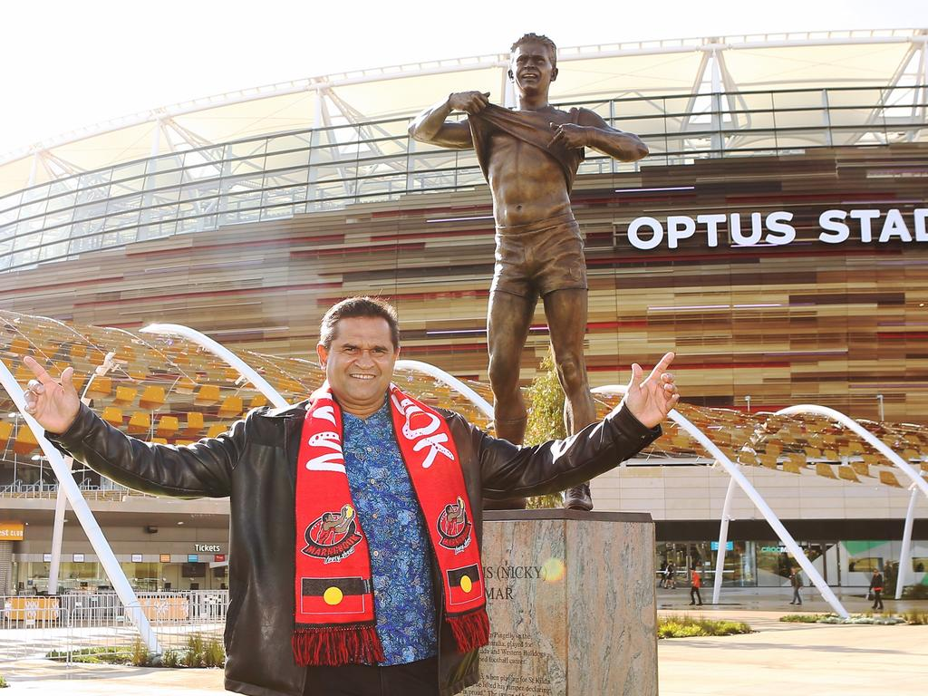Nicky Winmar in front of his statue.