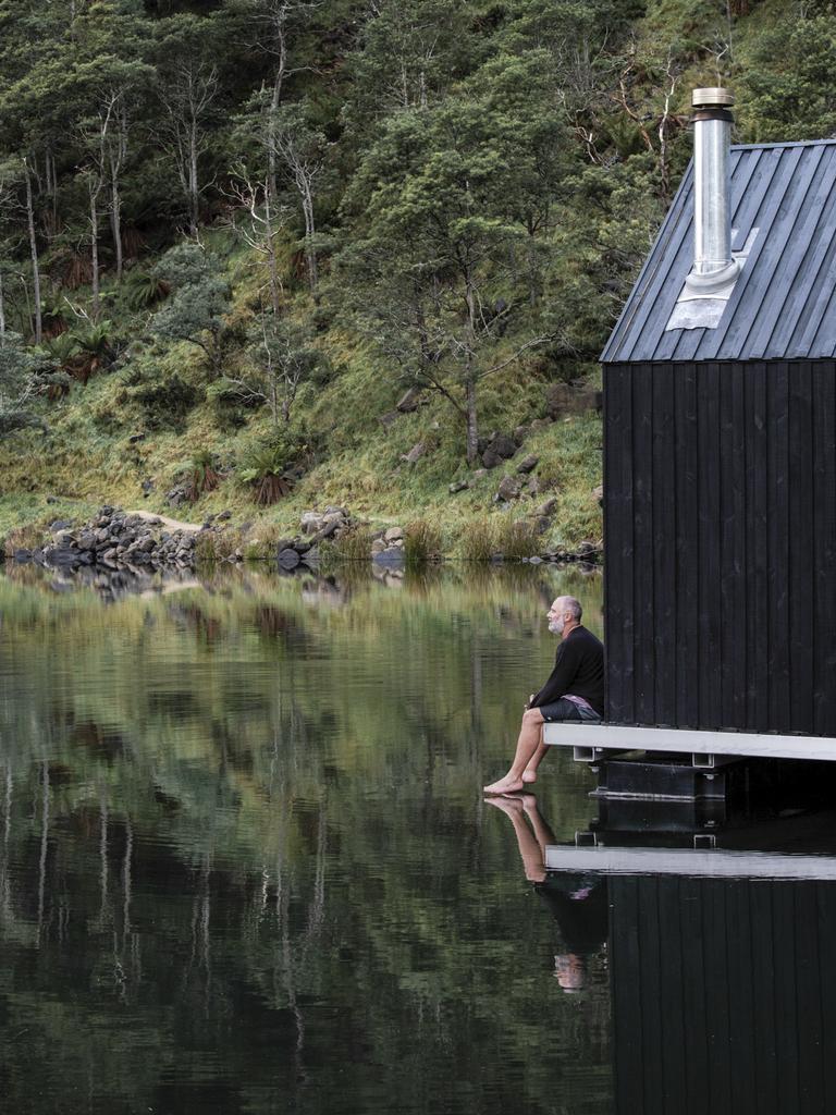 Nigel Reeves, 48 ans, de Hobart, observe les retards du COVID-19 qui pèsent sur le lancement de son sauna flottant à Derby. Photo: ANJIE BLAIR