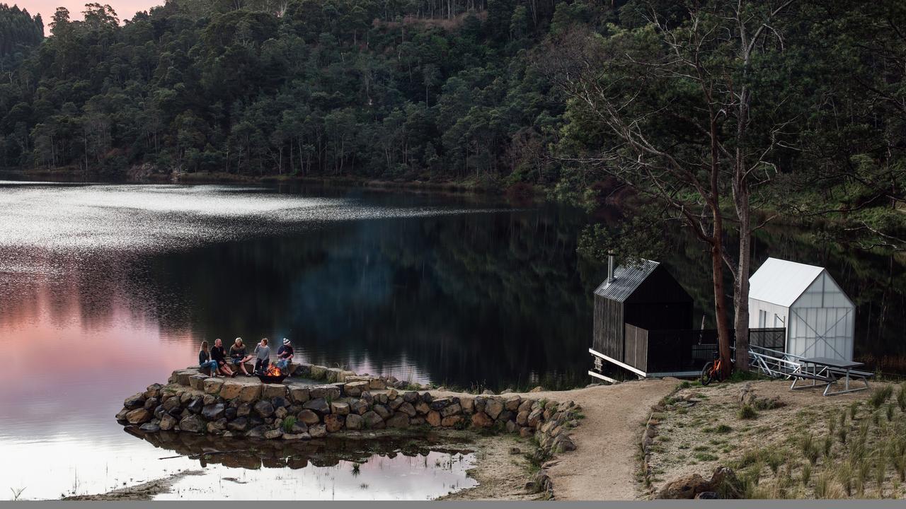 Le sauna flottant de Briseis Hole, l'ancien puits de mine également connu sous le nom de Lake Derby, ouvrira ses portes à Derby, en Tasmanie, en juillet 2020. Considéré par le propriétaire Nigel Reeves comme le premier du genre dans le pays, le bois de chauffage lambrissé Le sauna flottant a été conçu par Licht Architecture. Photo: ANJIE BLAIR