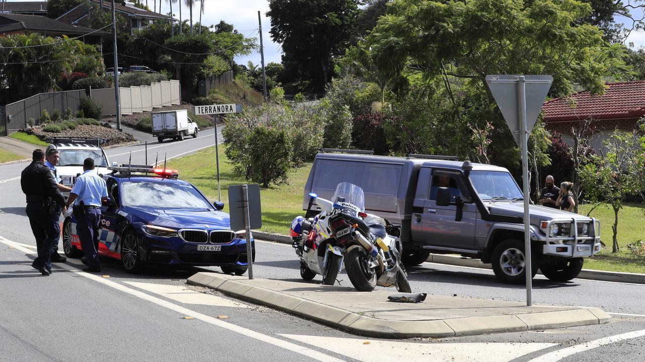 NSW Police de l'inspection d'un vélo que la police avait été poursuit à travers l'Tweed quand il s'est écrasé après la prise d'un coin trop vite sur le coin de Fraser Dr Photo: Scott Powick