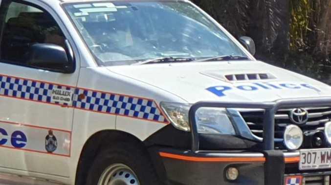 Man brandishes weapon at staff in jewellery heist
