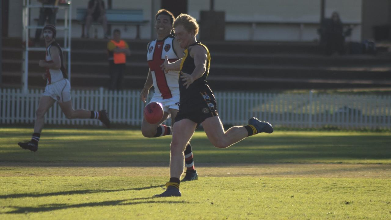 Ryan Perry kicking to a Tigers forward. (Picture: Reanna Fenton)