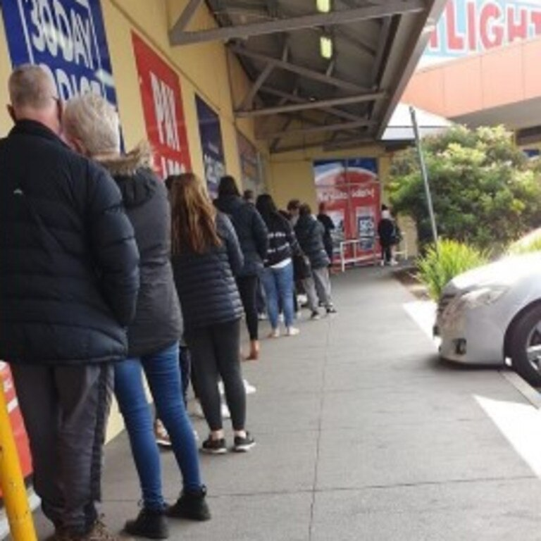 Melburnians queuing for masks this afternoon ahead of Wednesday's deadline for face coverings. Picture: Twitter/@Kathblue