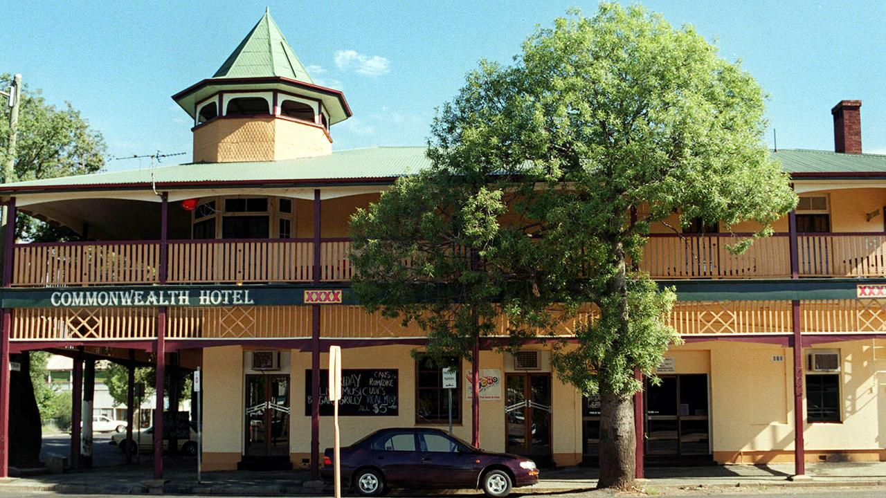 17 Mar 2000  Commonwealth Hotel in Roma picBob/Fenney hotels pubs buildings exterior street scene travel qld