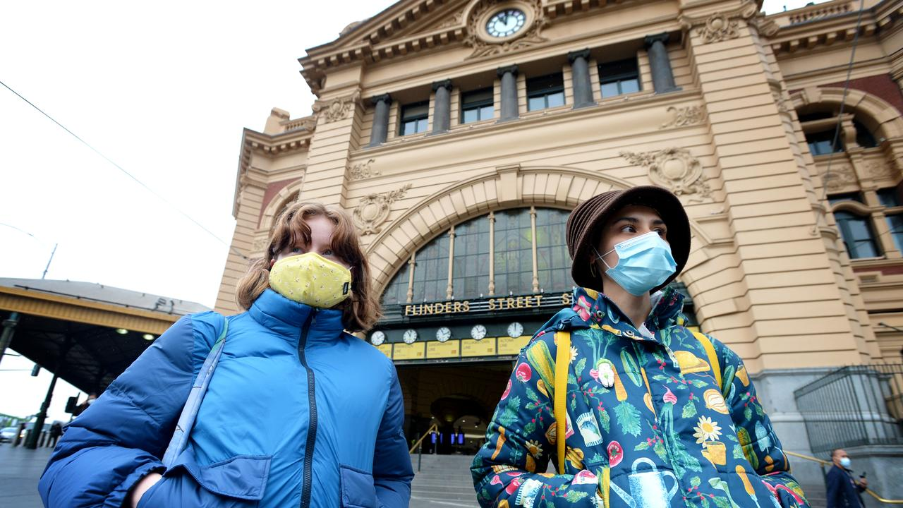 Melburnians in masks outside Flinders Street Station. Picture: NCA NewsWire/Andrew Henshaw