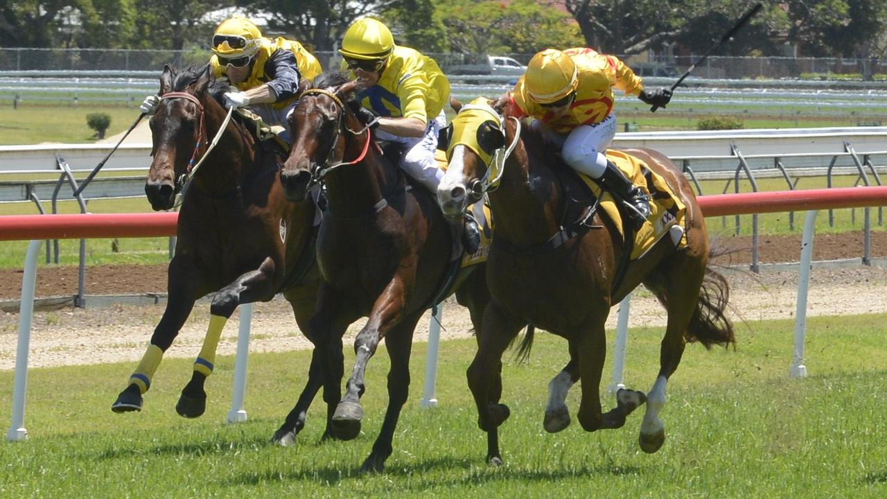 Cathy Chapman-trained Howick (yellow cap, inside) gets the win in a head-bobbing go in the 3YO Maiden Handicap at the Clarence River Jockey Club in 2017.
