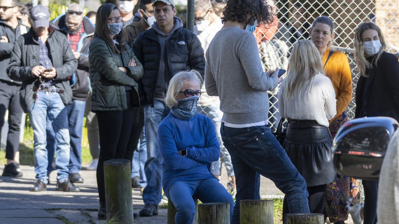 People are seen lining up at a pop-up COVID-19 testing clinic in Rushcutters Bay. Picture: Jenny Evans/Getty Images