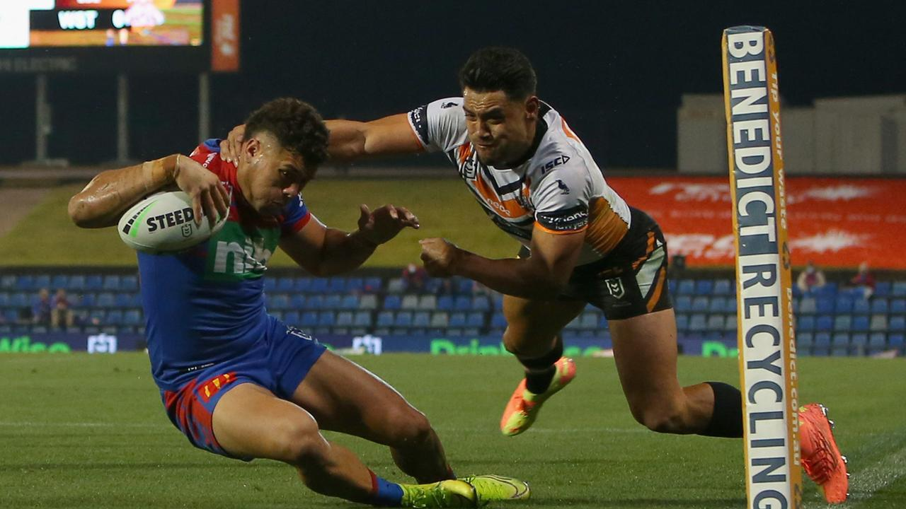 Newcastle Knights Starford To'a and Simi Sasagi are free to play after the NRL cleared the pair of any wrongdoing for breaking the club's isolation bubble.