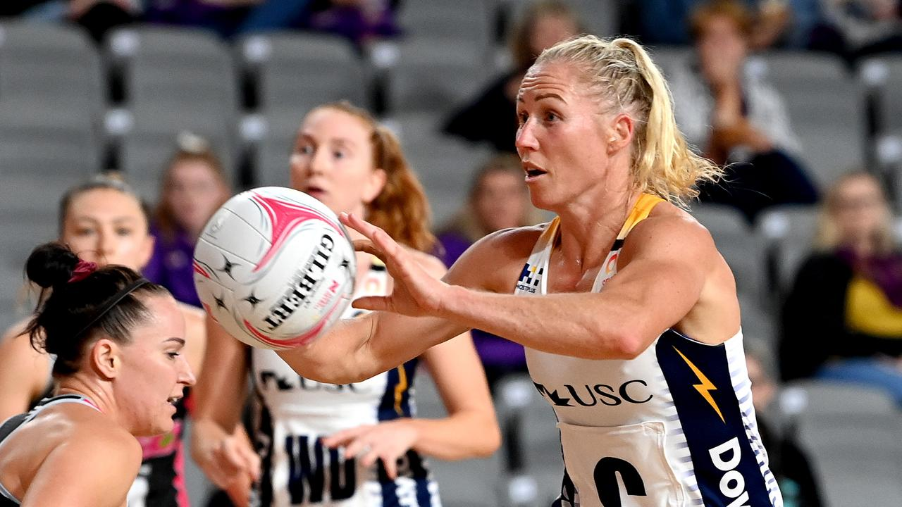 Laura Langman of the Lightning passes the ball during round nine of Super Netball. Picture: Bradley Kanaris/Getty Images)