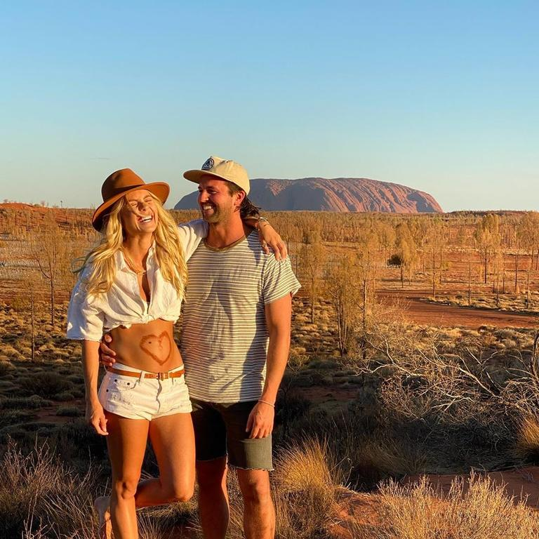 Elyse Knowles announces she is pregnant.