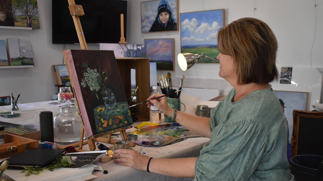 Nikki Malone gave an oil painting demonstration at the Art and Craft trail.