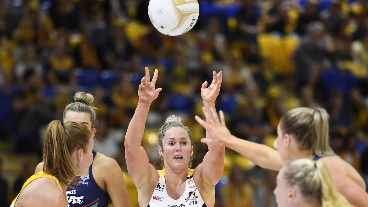 Laura Scherian of the Lightning passes the ball during the Super Netball Major Semi Final match against Melbourne Vixens. Picture: Albert Perez/Getty Images