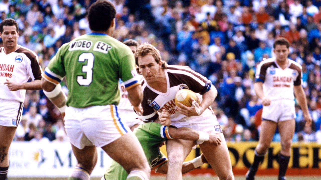 Penrith's John Cartwright runs at Canberra centre Mal Meninga during the 1990 grand final.