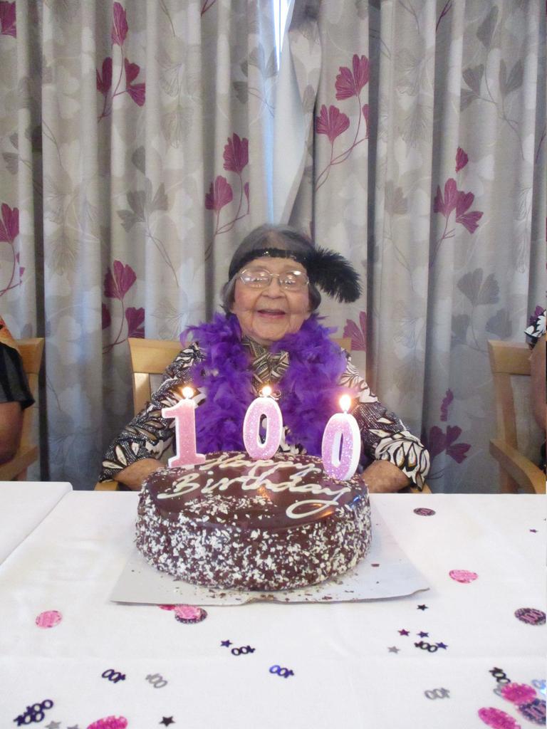 Bonnie Bjorland celebrates her 100 year birthday with a 'roaring twenties' theme at Feros Village Wommin Bay (1)