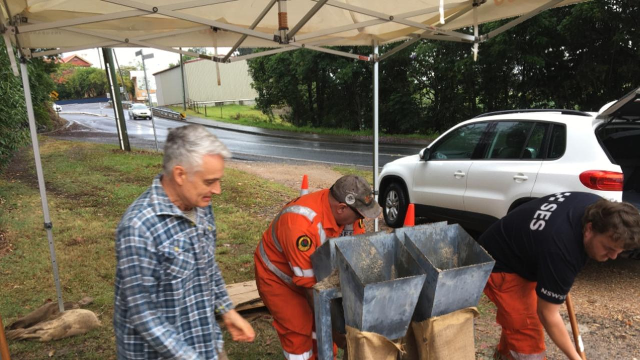 NSW SES members prepare sandbags as a developing coastal trough with increasing rain in Northern NSW. Picture: NSW SES