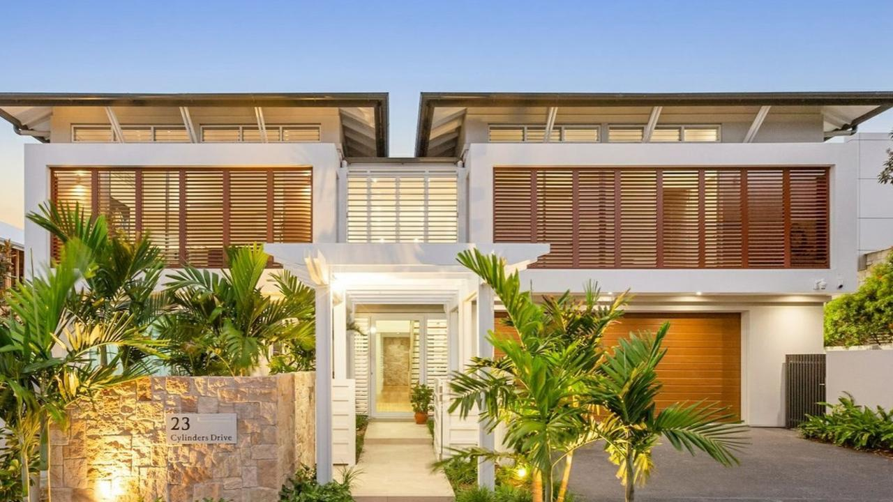 This Kingscliff house sold for $3,895,000 on June 3, 2020. It was marketed by LJ Hooker.